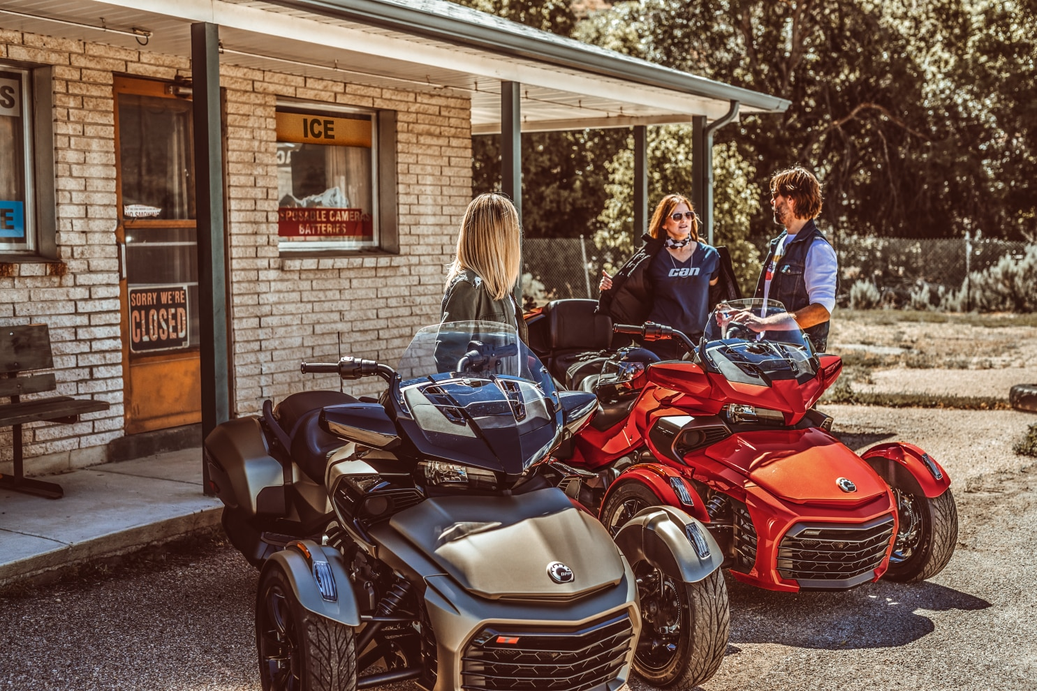Three friends with their Spyder F3 next to a convenience store